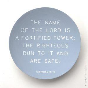 Bamboe Proverbs 18-10 christelijke tekst op hout 1 woordenvanwaarheid