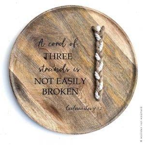 Ecclesiastes 4 Drievoudig snoer christelijke tekst op hout plank bijbeltekst woordenvanwaarheid