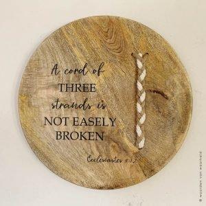 Prediker 4-12 ecclesiastes mango rond christelijke tekst op hout plank bijbeltekst woordenvanwaarheid