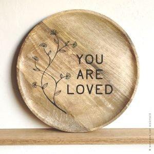 You are loved op mangohout 30x40 christelijke tekst op hout plank bijbeltekst woordenvanwaarheid