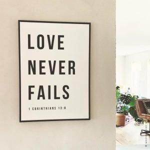 1 Corinthians 13-8 2 Love never fails christelijke tekst op hout plank bijbeltekst woordenvanwaarheid