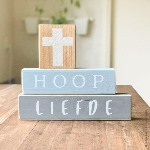 Blokkenset geloof hoop en liefde met kruis christelijke tekst op hout plank bijbeltekst woordenvanwaarheid