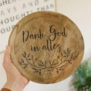 Mango rond Dank God in alles christelijke tekst op hout plank bijbeltekst woordenvanwaarheid