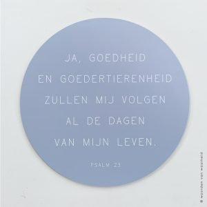 Muurcirkel Psalm 23 lichtgrijsblauw christelijke tekst op hout plank bijbeltekst woordenvanwaarheid