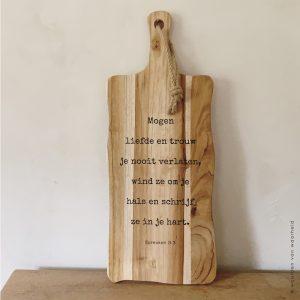 Serveerplank teak Spreuken 3-3 christelijke tekst op hout plank bijbeltekst woordenvanwaarheid