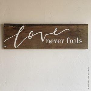 Love never fails op hout christelijke tekst op hout plank bijbeltekst woordenvanwaarheid