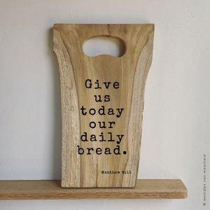 Matthew 6-11 Tekst op serveerplank teakhout christelijke tekst op hout plank bijbeltekst woordenvanwaarheid