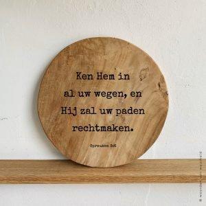 Spreuken 3-6 tekst op teak hout productfoto christelijke tekst op hout plank bijbeltekst woordenvanwaarheid
